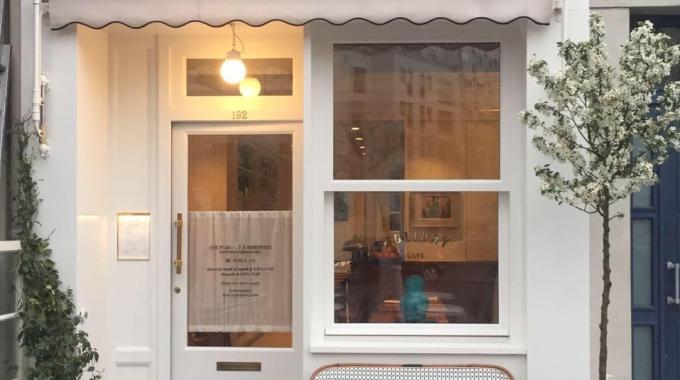 La revue bohème-chic Holiday ouvre son premier café à Paris
