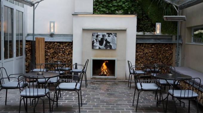 Le bar de l'hôtel Jules & Jim, une cour pavée bien cachée au coeur du Marais