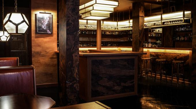 Le Fou, un bar à cocktails rétro-chic dans le Sentier
